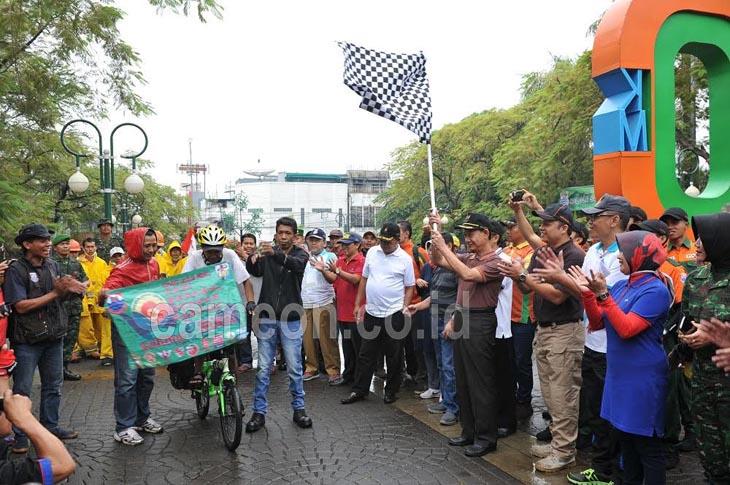 Peringatan HSN, Rahmat Keliling Indonesia untuk Pungut Sampah