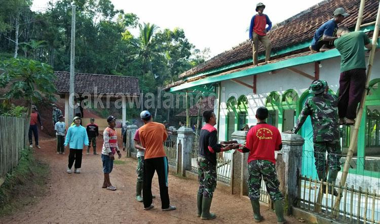 Semangat TNI Bersama Warga Rehab Masjid Al Mutaqin