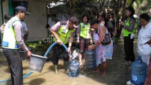 Peduli Bencana, Polres Ciamis Berikan Bantuan Air Bersih dan Puluhan Dus Mie Instan