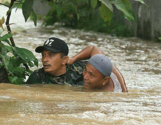 Heroik, Sertu Waki Selamatkan Orang Tenggelam Banjir Bandang