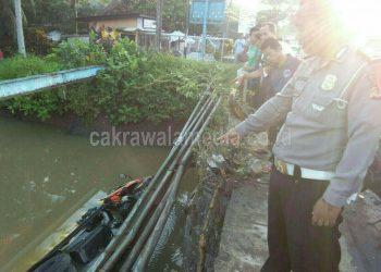 Sopir Ngantuk, Dump Truk di Pangandaran nyemplung ke Sungai Cikidang