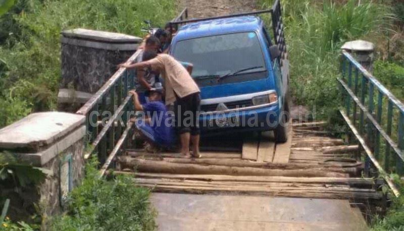 Warga Ciambar Keluhkan Rusaknya Jambatan Penghubung Dua Desa