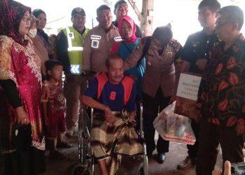 Kasat Binmas Polres Cimahi Berikan Kursi Roda untuk Dedi