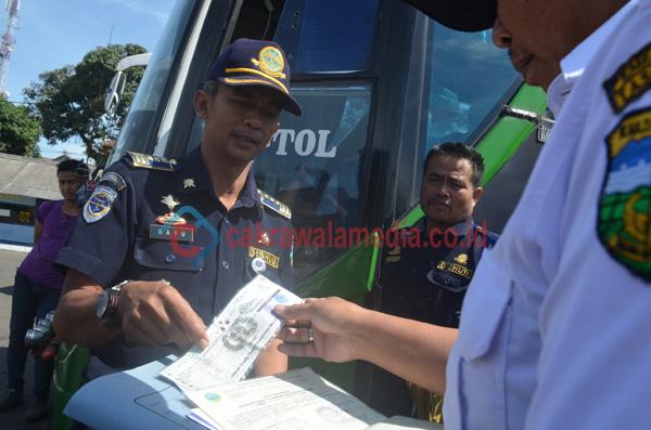 Petugas Dishub Kab Tasikmalaya Temukan Bus yang Mogok dan habis izin trayeknya. ( deadz71 foto )
