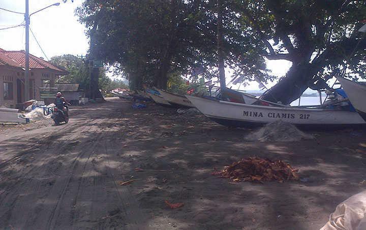Diterjang Pancaroba, Jalan Utama Pantai Batukaras Tertimbun Pasir Laut
