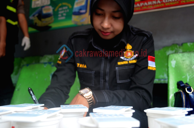 Petugas Polisi Wanita dari Polres Kab Tasikmalaya tengah melakukan cekbebas narkoba terhadap supir angkutan mudik. ( foto deadz71)
