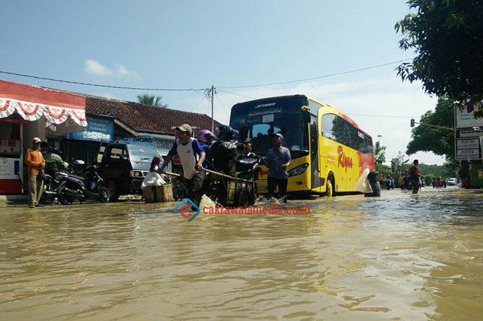 Banjir Bawa Berkah Bagi Penjual Jasa Gerobak Angkut