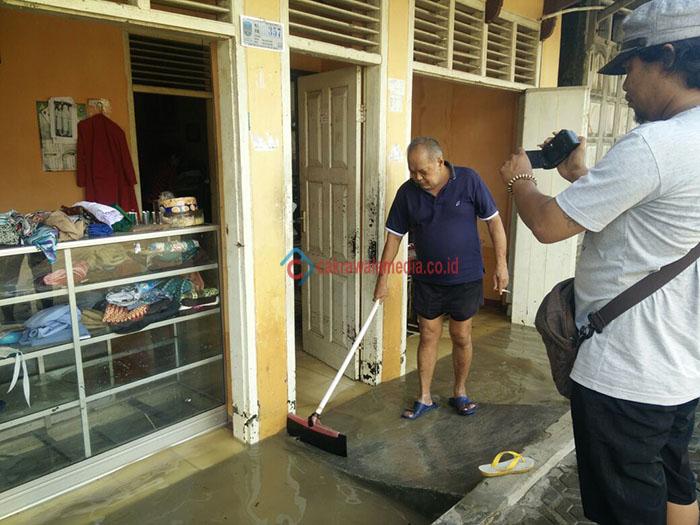 Pasca Banjir, Warga Kalipucang Pangandaran Mulai Bersihkan Rumah