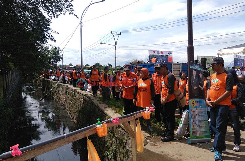 1.000 Relawan Diturunkan untuk Bersihkan Sungai di Melong