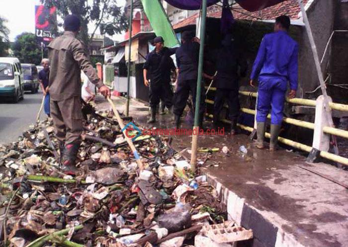 Antisipasi Banjir, PSDA Bersama Warga Bersihkan Saluran Kali Cisalim