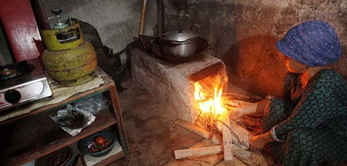 Sulitnya Gas 3 Kg, Warga Lembang Beralih ke Kayu Bakar