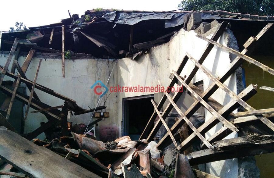 Tak Kuat Menahan Air Deras, Tembok Bangunan di Melong Roboh