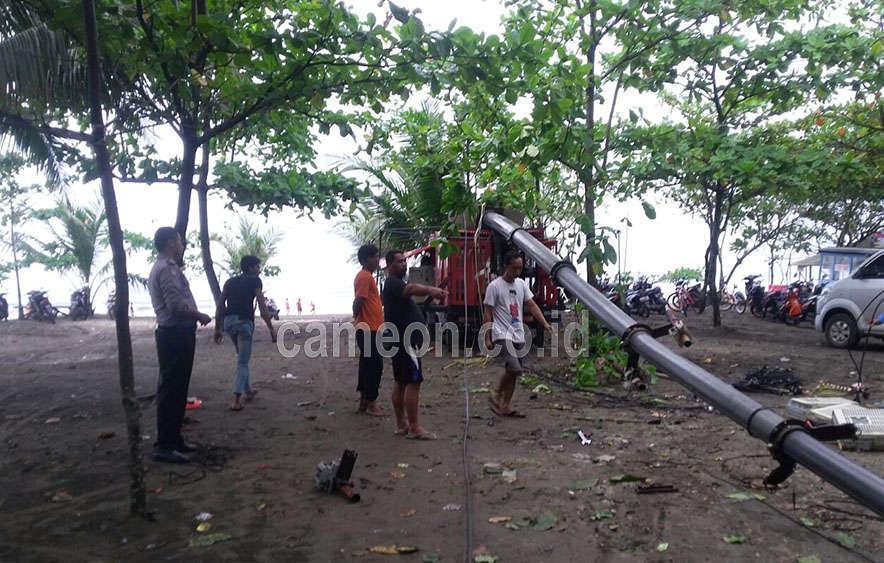Pangandaran di Guyur Hujan Angin Robohkan Menara Mini Telkomsel