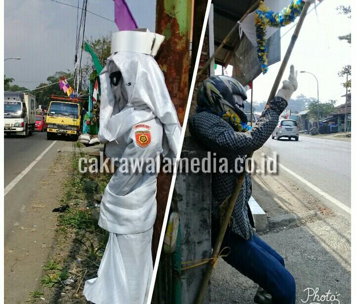 Dua buah boneka dengan profesi tukang ojeg dan seorang perawat berdiri di salah satu jalan di Tasikmalaya.
