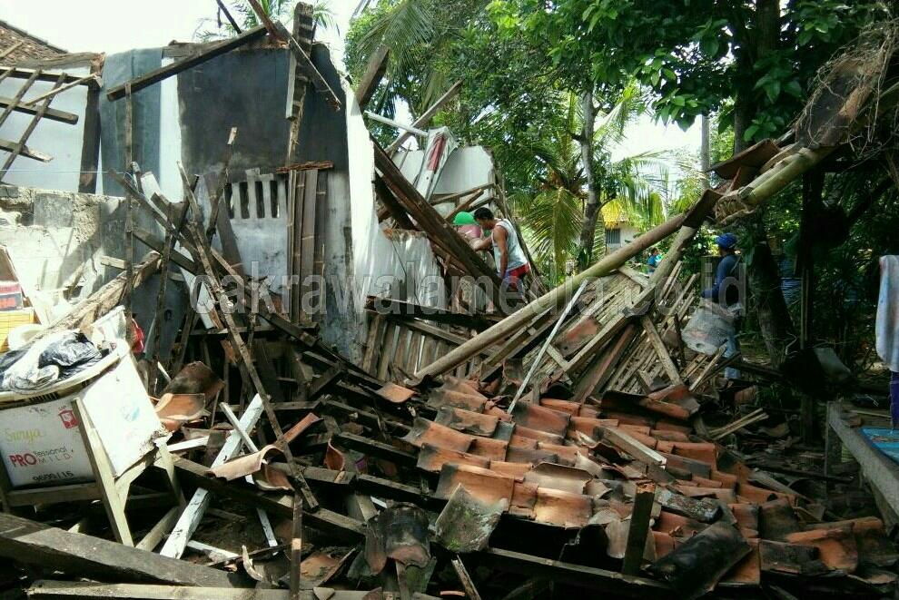 Bangunan Rumah Tua di Pangandaran Ambruk, Dua Orang Terluka