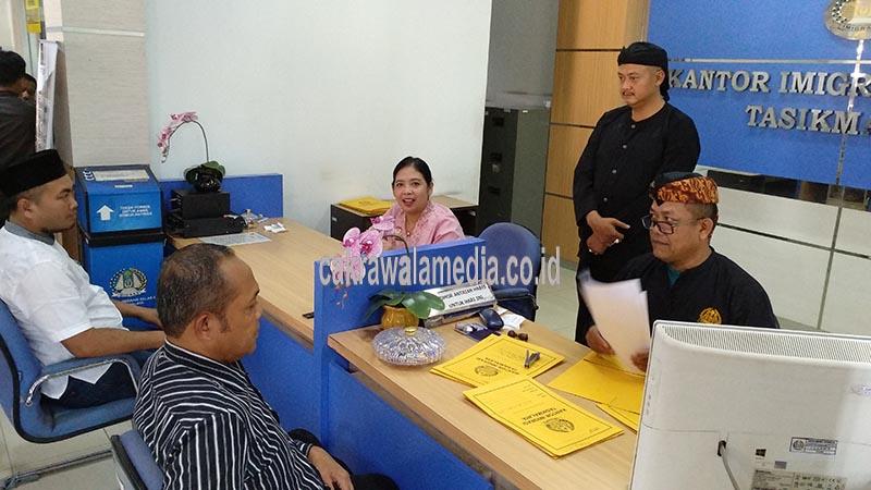 Kenakan Pakaian Adat Sunda, Pelayanan Imigrasi Tasik Lebih ...