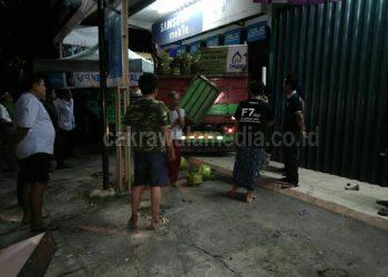 Truk Pengangkut Gas Elpiji Hantam Toko HP di Pangandaran