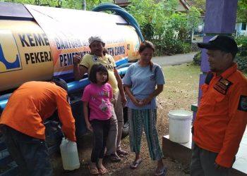 Demi Air Bersih, Warga Baregbeg Ciamis Rela Jalan Kaki Sejauh 3 Km