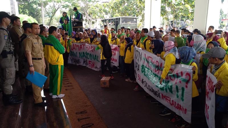 Aksi mahasiswa Unsil dalam memperingati HTN di Bale Kota Tasikmalaya