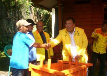 Bacaleg Partai Berkarya Serahkan Bantuan Gerobak Sampah ke Desa Cilember
