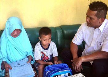 Sekaligus Beri Bantuan, Camat Tawang Jenguk Ma Koko Penderita Kusta