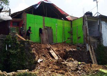Kondisi rumah Agus, warga Cilembang yang ambruk