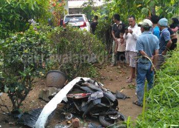 Minibus Seruduk Motor dan Rumah, 2 Orang Pengendara Motor Kritis