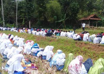 Ditengah Pesawahan Kering, Sejumlah Siswa SMK Nurusalam Gelar Sholat Istisqo