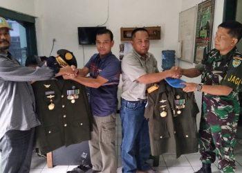 Perwira piket Kodim 0612 Tasikmalaya tengah menerima sejumlah atribut ala militer dari dua orang pemuka kesultanan selaco dari Paarungponteng Kab Tasikmalaaya, Minggu ( 28/10 )