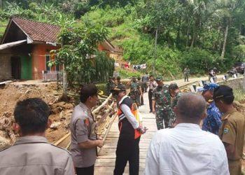 Wabup Ade Sugianto saat meninjau jembatan balley di salah satu desa yang terkena terjangan banjir bandang di Cipatujah.