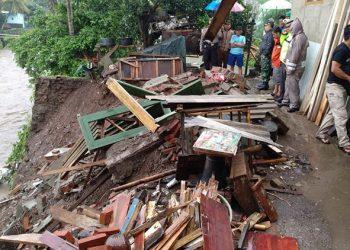 Banjir Luapan Sungai Ciloseh Hancurkan 2 Rumah