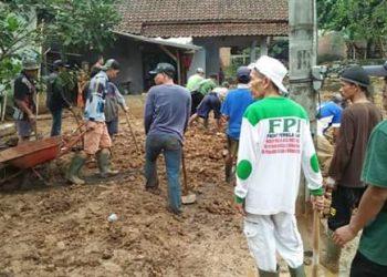 "Sepekan Sudah Banjir Bandang Melanda Tasik, Namun "" Mereka "" Tak Kenal Lelah Membantu Korban Bencana"