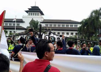 """Setali Dua Uang Dengan Jokowi, Kang Emil Memilih Kabur Saat """" Diontrog """" Ribuan Kepala Sekolah"""