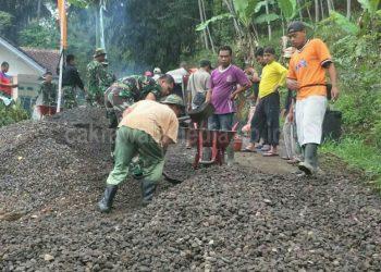 TMMD Ke-103, Anggota Kodim 0613 Ciamis Kerjakan Pengerasan Jalan di Lumbung