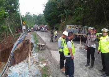 Macet 3 Km, Tebing Jalur Gentong Longsor