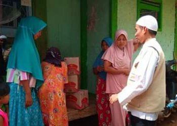 Ketua umum Aman _Indonesia Tasikmalaya tengah memberikan santunan kepada sejumlah korban bencana banjir bandang di kec Culamega Kab Tasikmalaya, Sabtu ( 17/11 )