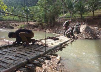 Anggota TNI Kodim 0612 TSM, Polri, dan masyarakat membantu membangun jembatan balley di Kec Culamega Kab Tasikmalaya