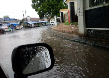 """Hujan Tiba, Alun-alun Singaparna pun Berubah Jadi """"Cileuncang""""PUPR Kemana?"""