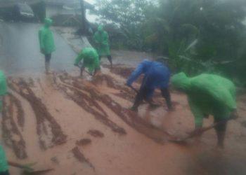 Sejumlah laskar FPI Tasikmalaya nampak membersihkan lumpur dan material banjir di Kecamatan Culamega