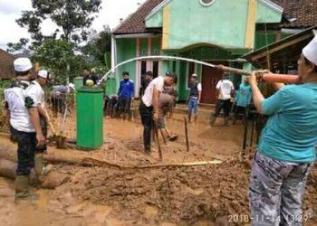 Pakai Sepatu Boots dan Berkaos oblong, Sang Kiyai Turun Langsung Membantu Korban Bencana Banjir