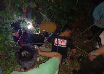 Tim Sar dari Basarnas tengah berupaya melakukan evakuasi 4 mahasiswa , yang terperangkap didasar mulut gua badak Bantarkalong Kab Tasikmalaya, ahad ( 18/11 ) foto by SAR doc