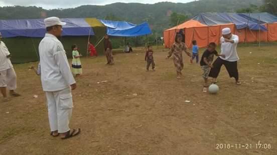 Ustad, Yanyan Albayani  bersama sejumlah laskar FPI lainnya  nampak begitu  semangat bermain sepak bola bersama para bocah, ditenda pengungsian di kecamatan Culamega , Rabu  ( 21/11 )