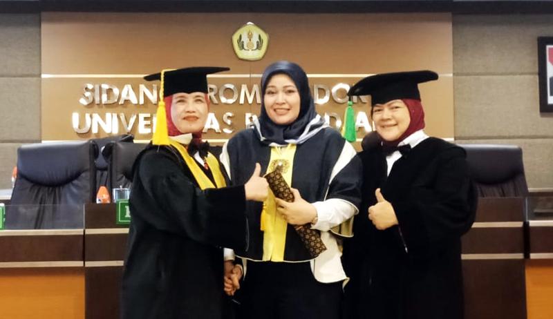 N. Nurlaela Arief (tengah)