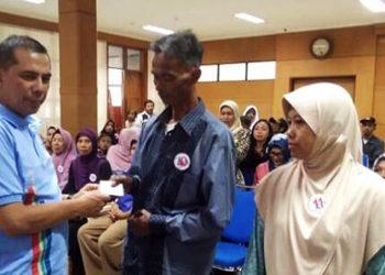 Saat HKN Ke- 54, Wali Kota Cimahi Bagikan KIS