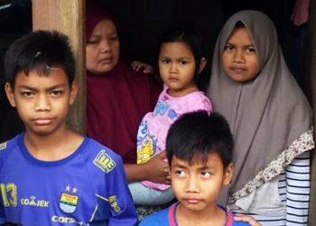 Entin (kerudung merah) bersama lima anaknya