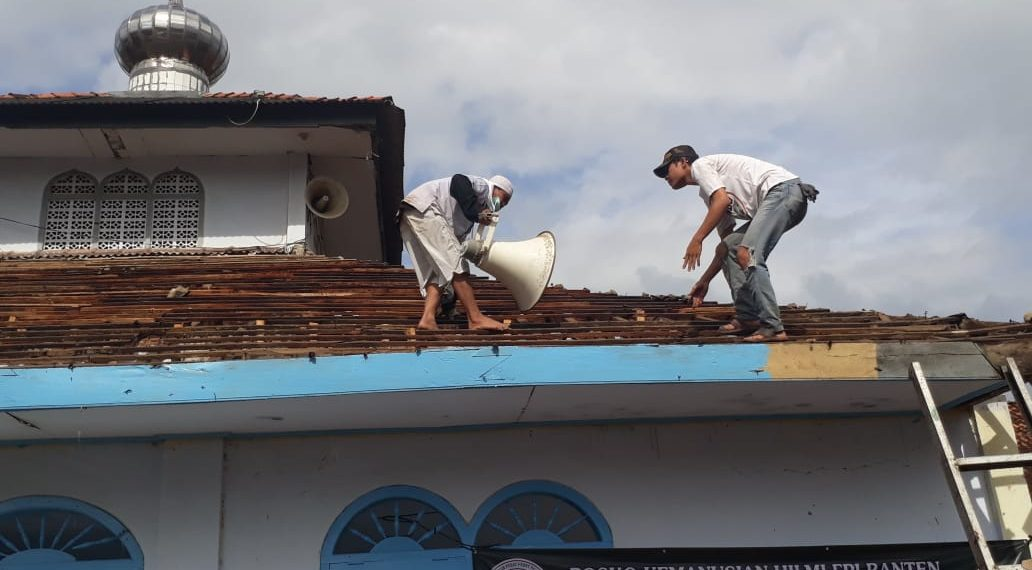 Mahasiswa dari FMI Banten dibantu warga setempat tengah merenovasi sebuah mesjid disalah satu lokasi bencana tsunami di banten, Ahad ( 30/12 )