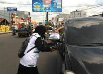 FOTO: Salah seorang anggota FPI sedang menggalang dana