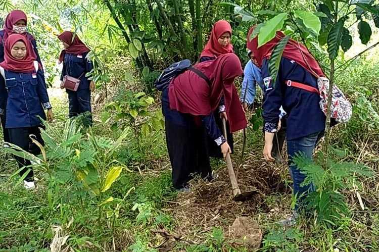 Peduli Lingkungan, PJT Ajak Pelajar Tanam Pohon