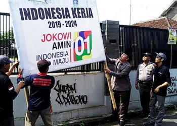 Hari Pertama Masa Tenang, Wali Kota Tasik Turunkan APK Jokowi - Amin
