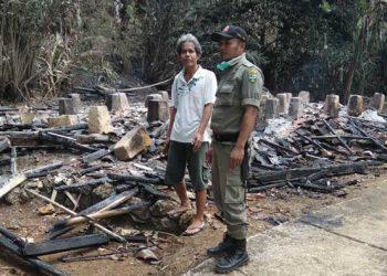 Diduga Akibat Tungku Lupa Dipadamkan, Rumah Kakek Eman Ludes Terbakar